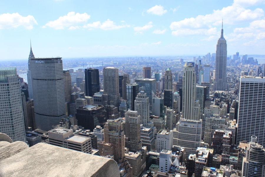 I denna bild från Top of the Rock syns tre av New Yorks mest kända byggnader: Empire State Building, Chrysler Building och MetLife Building.