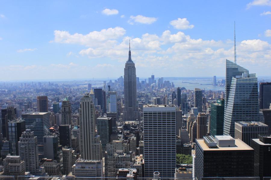 Utsikt från Top of the Rock (GE Building, Rockefeller Center) på Manhattan, New York. I mitten av bilden syns Empire State Building.