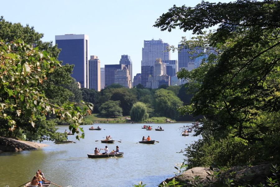 Människor åker båt i en sjö i södra Central Park.