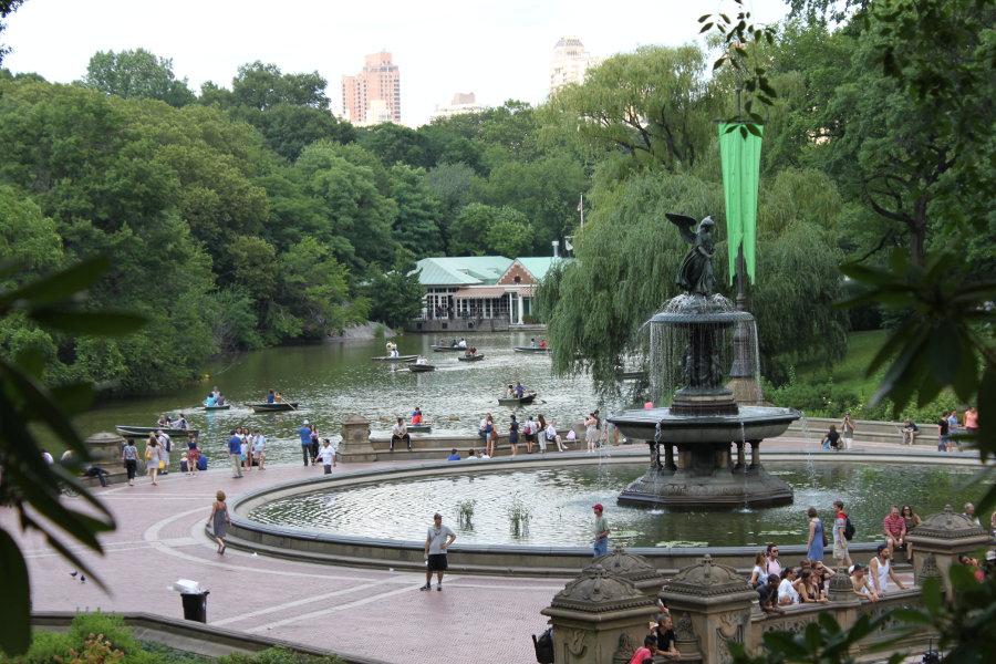 Bethesda-fontänen i Central Park. I bakgrunden ses människor som åker båt på sjön framför Loeb Boathouse.