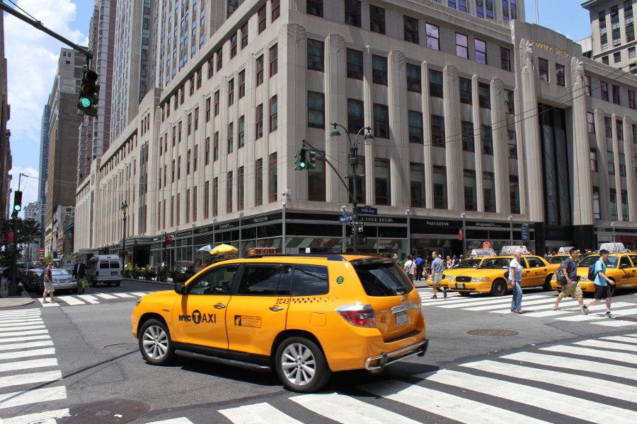 De gula taxibilarna är en vanlig syn på New Yorks gator. I bakgrunden ses Empire State Building.
