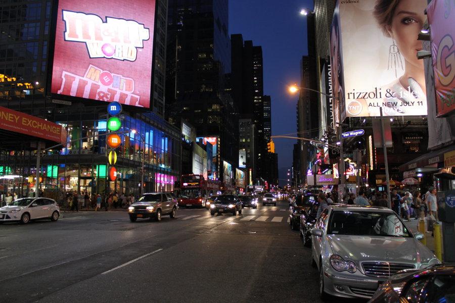 Vy norrut från Times Square med M&M-butiken till vänster.