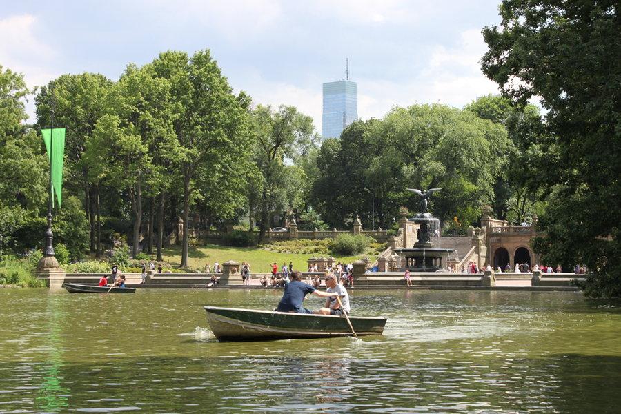 Människor åker båt vid Loeb Boathouse i Central Park.