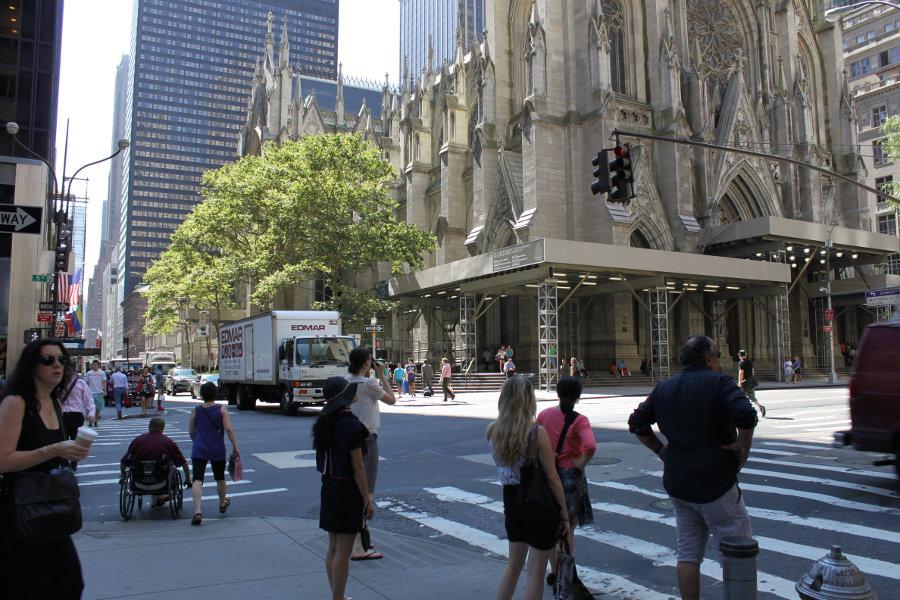 New York erbjuder en kombination av natur, gammal kultur och modern kultur. Till höger syns Saint Patrick's Cathedral.