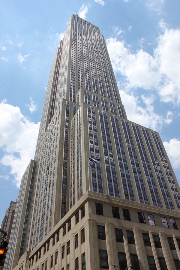 En vy av Empire State Building från marken.