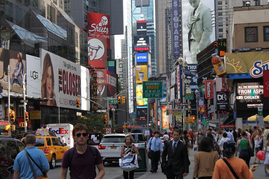 Det myllrar av liv intill Times Square (bild tagen norr om Times Square, vy söderut).