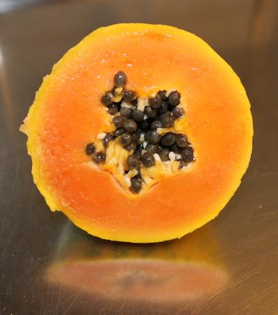 Öppen mogen gul papaya, delad på mitten